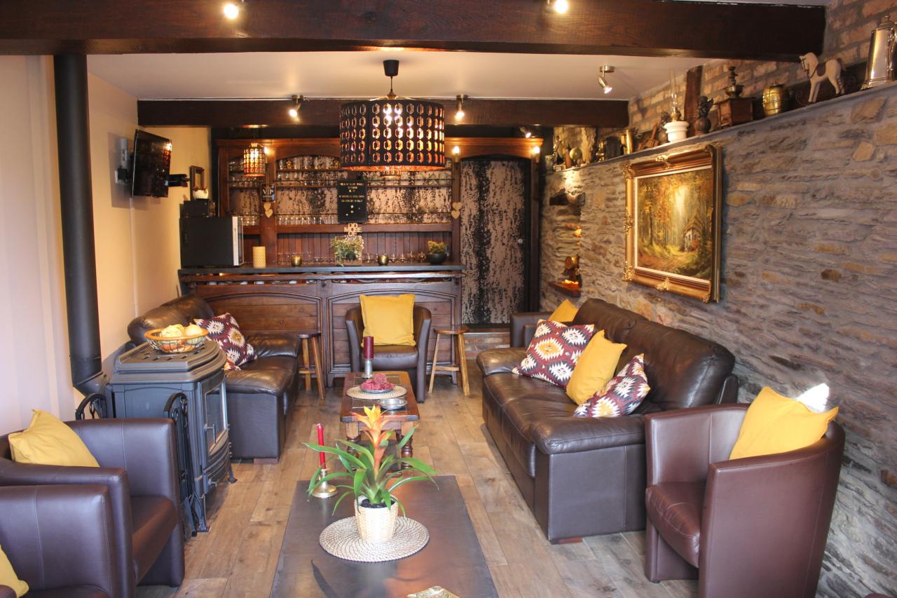 Grand salon avec poêle à bois et bar