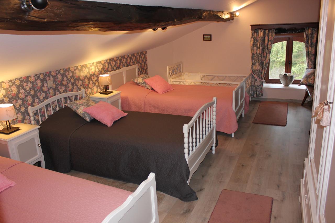 Grande chambre pour enfant avec 3 lits simples
