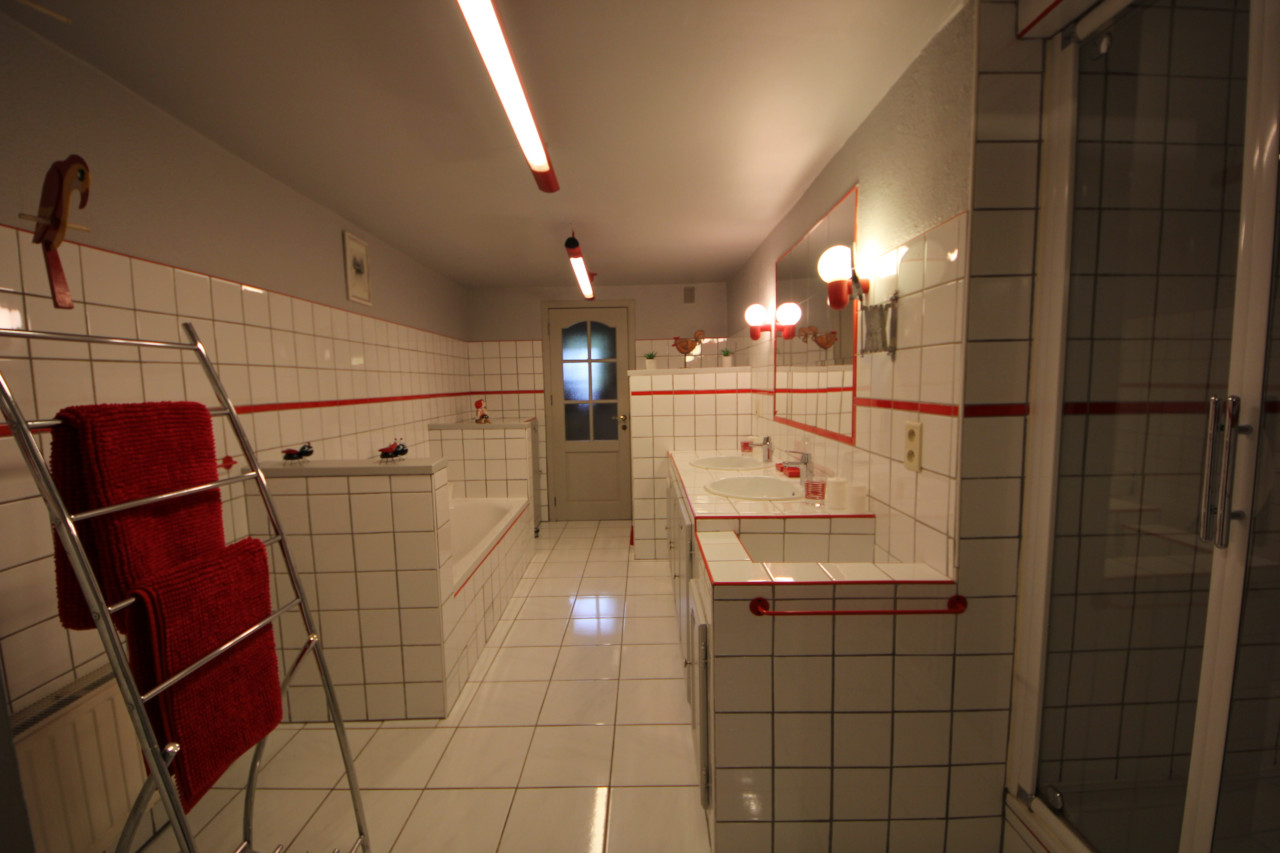 Grande salle de bain avec bignoire et douche